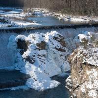 霧氷と凍れるピョウタンの滝、雪原の農村風景を巡るツアー